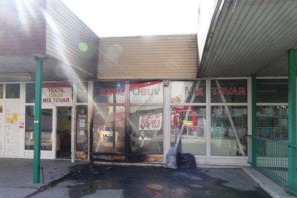 Po uhasení. Nechýbalo veľa a obchodné centrum mohlo vyhorieť.