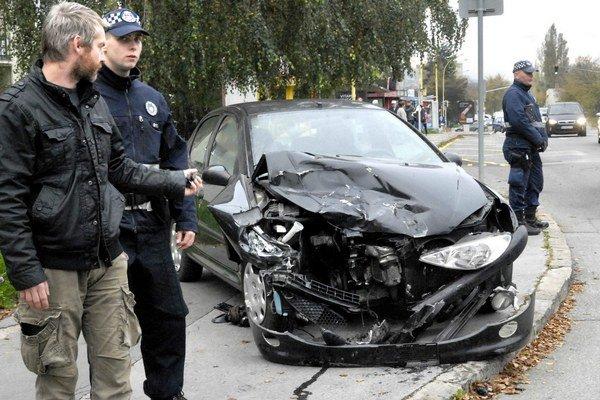 Peugeot. Po zrážke bol zdemolovaný, vodičku ošetrila posádka nabúranej sanitky.