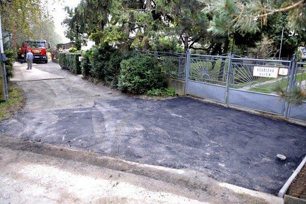 Tu pribudne asfalt. Vodári využívajú služby externej firmy.