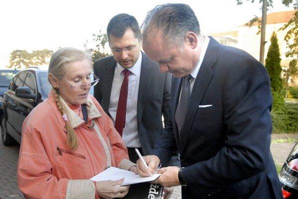 Andrej Kiska včera rozdával aj autogramy.