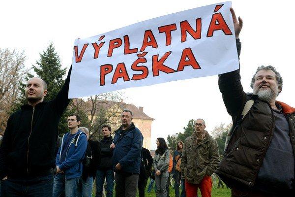 Pred Paškovou rezidenciou.