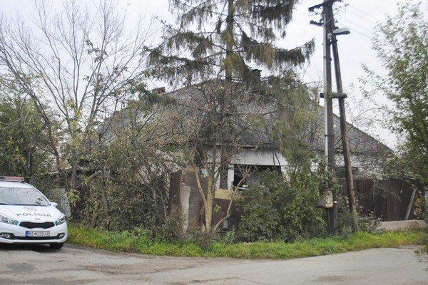 Stokráskova ulica na Terase. Obyvatelia schátralého domu znečisťujú okolie.