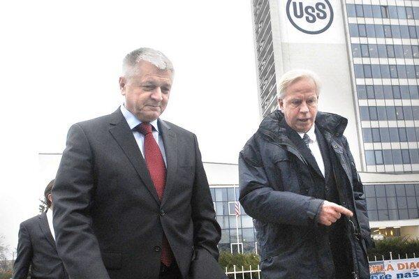 P. Pavlis a G. Babcoke. Minister hospodárstva by bol rád, keby sa odbory s vedením železiarní čo najskôr dohodli.
