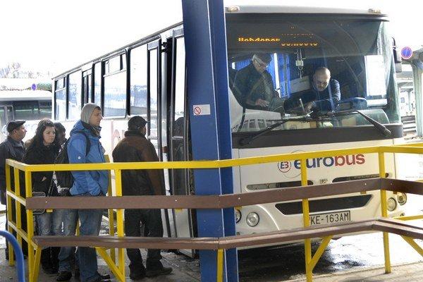 Autobusy stále lákajú. Cestujúci presedlali do bezplatných vlakov len na pár linkách.