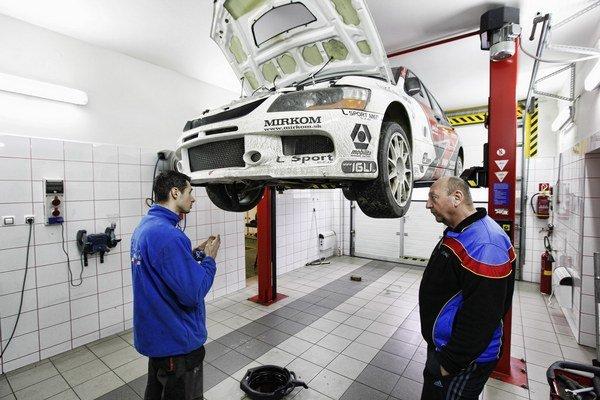 V garáži. Jozef Béreš mladší (vľavo) a jeho autíčko.