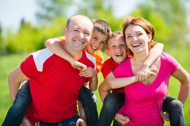 Harmonická rodina. Iniciátori referenda hovoria, že dieťa má mať otca a mamu.