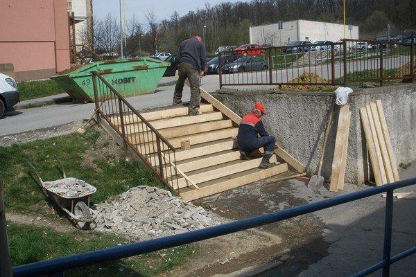 Nové a bezpečnejšie. Schody už sú z betónu.