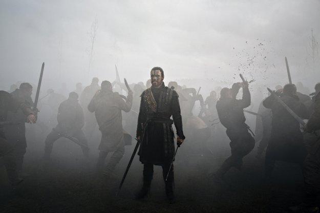 Príbeh Macbetha je vo filme Justina Kurzela zbavený časopriestorových súradníc.