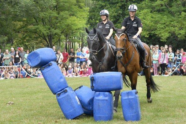 Jazdná polícia. Deťom sa policajti na koňoch páčili.