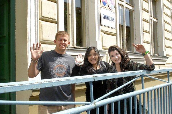 Pomaly sa lúčia. Zľava Christopher z USA, Ana z Mexika a Maria z Brazílie.
