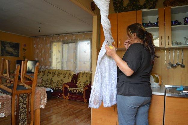 Mnohé rodiny si udržiavajú slušné bývanie, počas pekného počasia ženy riadili a čistili koberce.