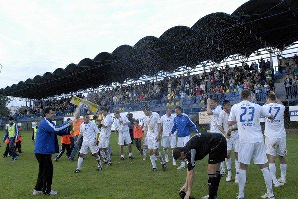 Oslava postupu. V roku 2010 vyhrala Moldava druhú ligu východ.
