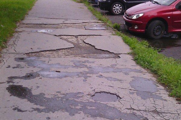 Chodník na Bukoveckej. Podľa plánu opráv je práve tento najrozbitejší v celom meste.