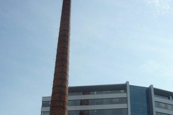 Komín. Pomník pivovaru je súčasťou železnej cesty.