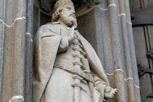 Štefan I. alebo Veľký, prvý uhorský kráľ (975 – 1038)Za svätého ho vyhlásil pápež Gregor VII. v roku 1083, hoci podľa niektorých zdrojov dal zavraždiť či týrať niekoľkých ľudí. Teraz sám prišiel o kus ľavej ruky. Naopak, jeho pravá ruka, ale tá skutočná
