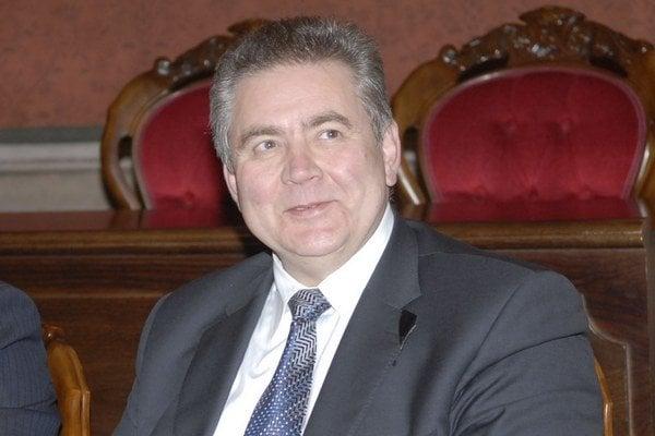 Prednosta Andrej Jenča starší. Všetky závery komisie odmieta, stojí za svojím synom.