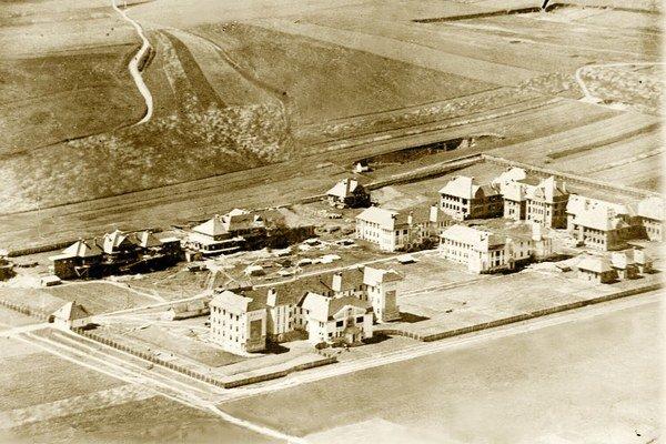 Vo výstavbe. Letecký záber na nemocnicu z roku 1920.