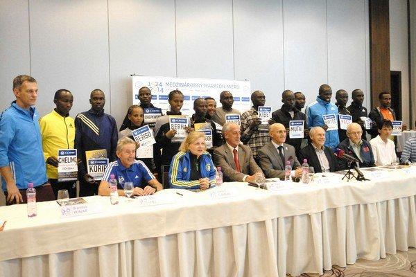 Spoločné foto. Vzácni hostia i elitní bežci pred jubilejným košickým maratónom.