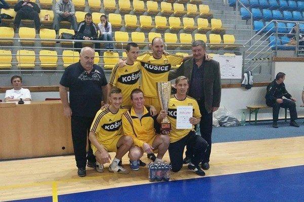 Majstrovská zostava. Hrajúci tréner M. Žigala s trofejou v ruke.