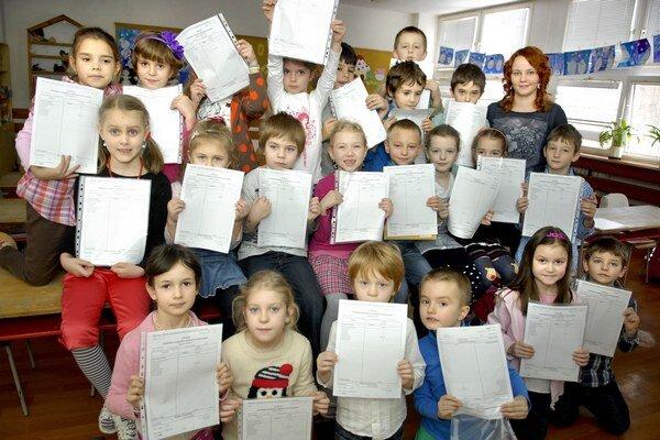 Prváci. Tešili sa z prvého hodnotenia ich školského snaženia.