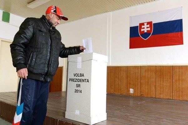Na snímke bývalý starosta Lunika IX. Jozef Šana vhadzuje hlasovací lístok do urny.