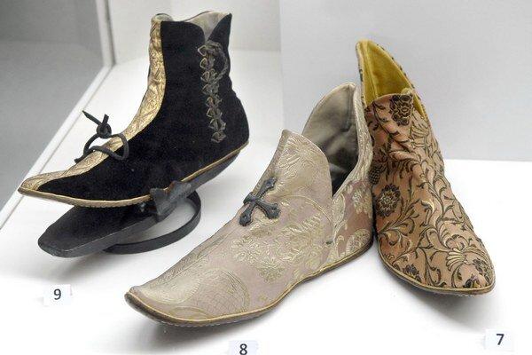 Výstava topánok. Pozrieť si ju môžete v Auparku.