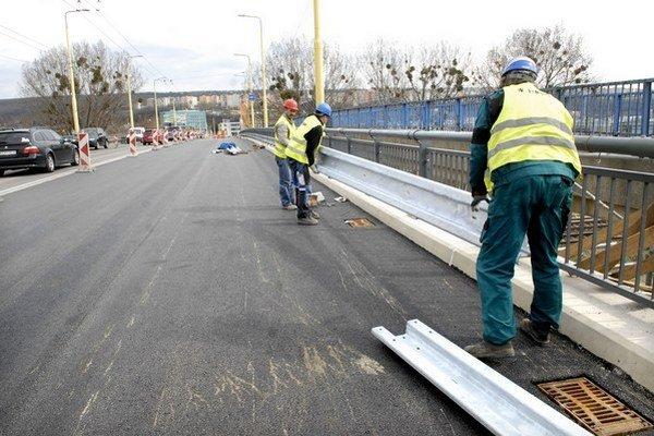 Na južnom kraji mosta finišujú. V sobotu sa autá a robotníci vymenia.