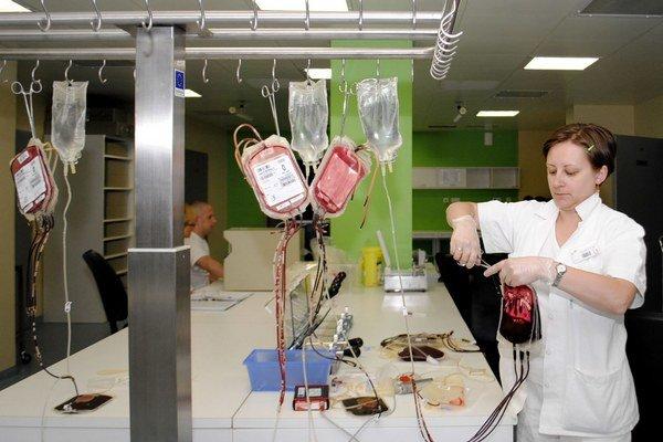 Spracovanie krvi. Cenu za to platia nemocnice.
