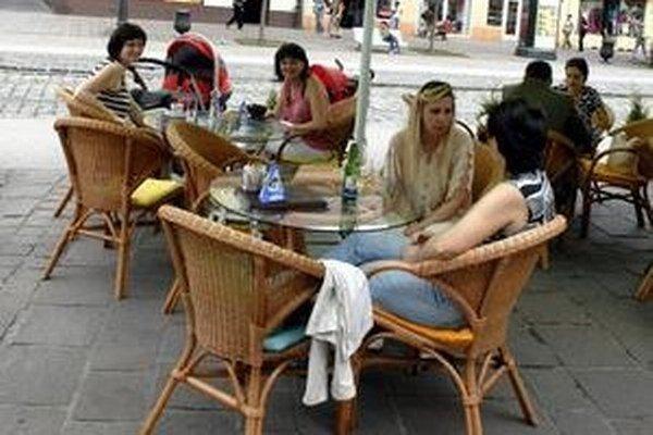 Nariadenie má zabrániť najmä pokútnemu žobraniu a otravovaniu hostí na letných terasách v centre mesta.