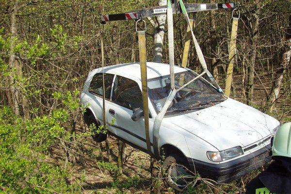 Vyťahovanie auta. Hasiči museli privolať špeciálnu techniku.