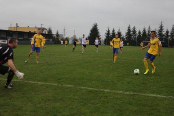 Sedemnásťročný Michal Horodník s loptou. Patril k ozdobám včerajšieho duelu s Martinom (4:1) a pri svojom debute medzi mužmi skóroval hneď dvakrát.