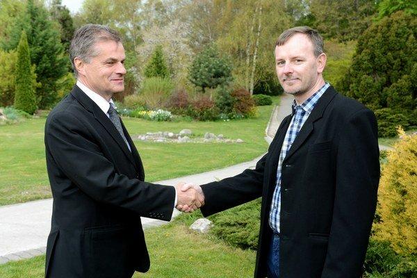 Vľavo rektor UPJŠ v Košiciach Ladislav Mirossay, vpravo zástupca Dominikánskeho konventu Košice Maroš Fintor. Spor ukončilo podanie rúk.