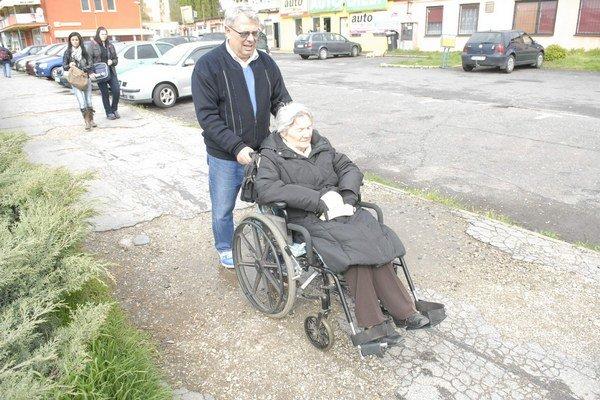 Na prechádzke. Andrej Landau sa s mamou na vozíčku vyhýba výtlkom.