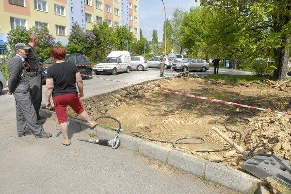 Sokolovská ulica. Problém s parkovaním aspoň čiastočne zmierni 18 nových miest.