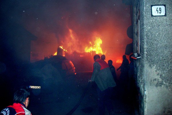 N:\00-spravodajstvo\Poziar_Kecerovcefoto: Pokúšali sa hasiťPlamene však boli nad sily obyvateľov osady.FOTO: HaZZ