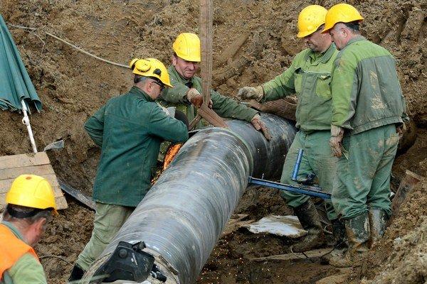 Oprava poškodeného plynovodu.