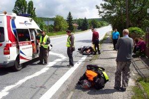 Po nehode. Motorkára ošetrujú v sanitke.FOTO: HaZZ