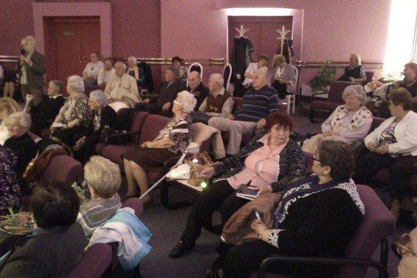 Aktívni dôchodcovia. Mnohí majú stále záujem o to, čo sa v ich okolí deje.