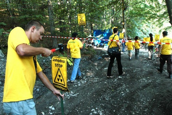 Protesty proti ťažbe sprevádzajú geologické prieskumy od ich začiatku.