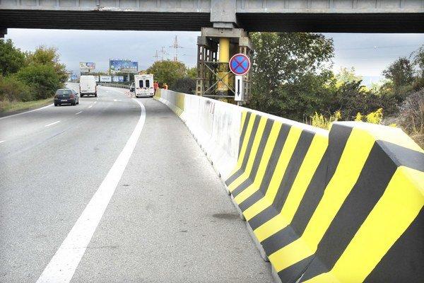 Konštrukcia. Most museli spevniť oceľou, pribudli aj železobetónové zvodidlá.