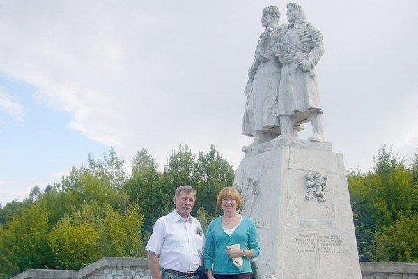 Detlef s manželkou. Momentka spred pamätníka na Dargove.