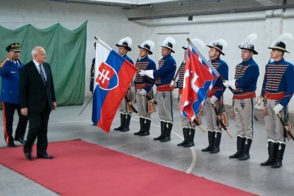 S vlajkou SR a štandardou prezidenta. Prezident a jeho čestná stráž.