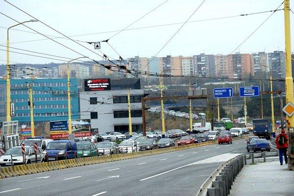 Ranná špička. Najviac trpia autá v lieviku zo sídliska Ťahanovce a od Prešova.
