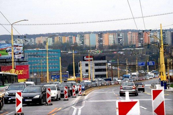 Hlinkova. Mohutné dopravné zápchy zrejme budú trvať až do marca 2014.