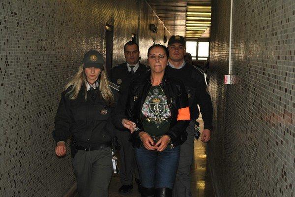 Vo väzbe je Mojsejovej ťažko, priznáva jej advokátka. Na pojednávania prichádza podnikateľka vždy dôkladne nalíčená a oblečená, aby demonštrovala, že ju len tak hocičo nezlomí.