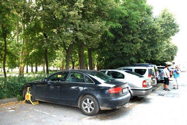 Problematický stav stále trvá. Aj tak však firma vyberá parkovné a policajti naďalej pokutujú.