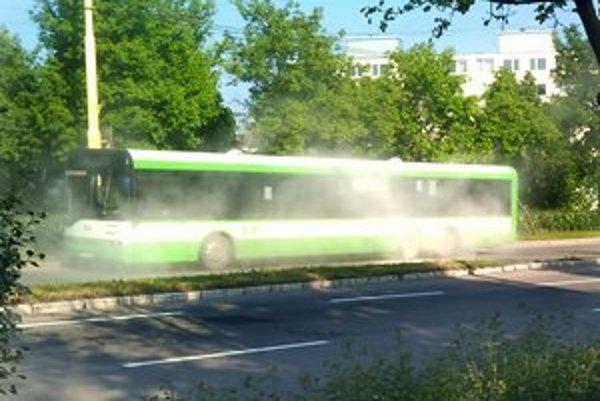 Furča. Cestujúcich vystrašil hustý biely dym.