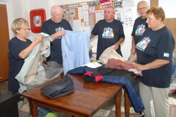Dobrovoľníci z U. S. Steelu. Takto včera zbierali a triedili obnosené šatstvo a obuv pre charitu.