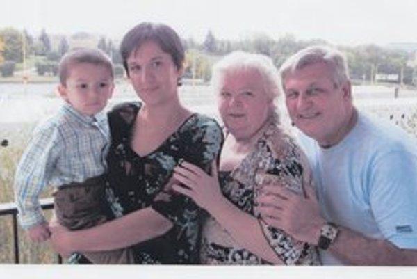 Rodina. S vnúčikom Oliverom, nevestou Zuzkou a manželkou Erikou.