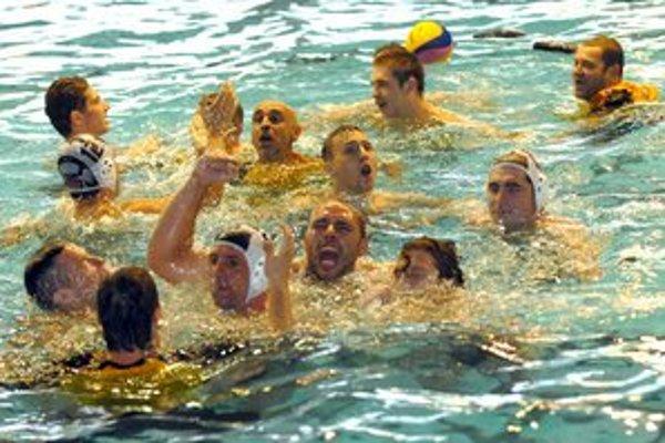 Majstrovský kúpeľ. Ani tréner Kaid na nič nečakal, do vody vhupol sám.